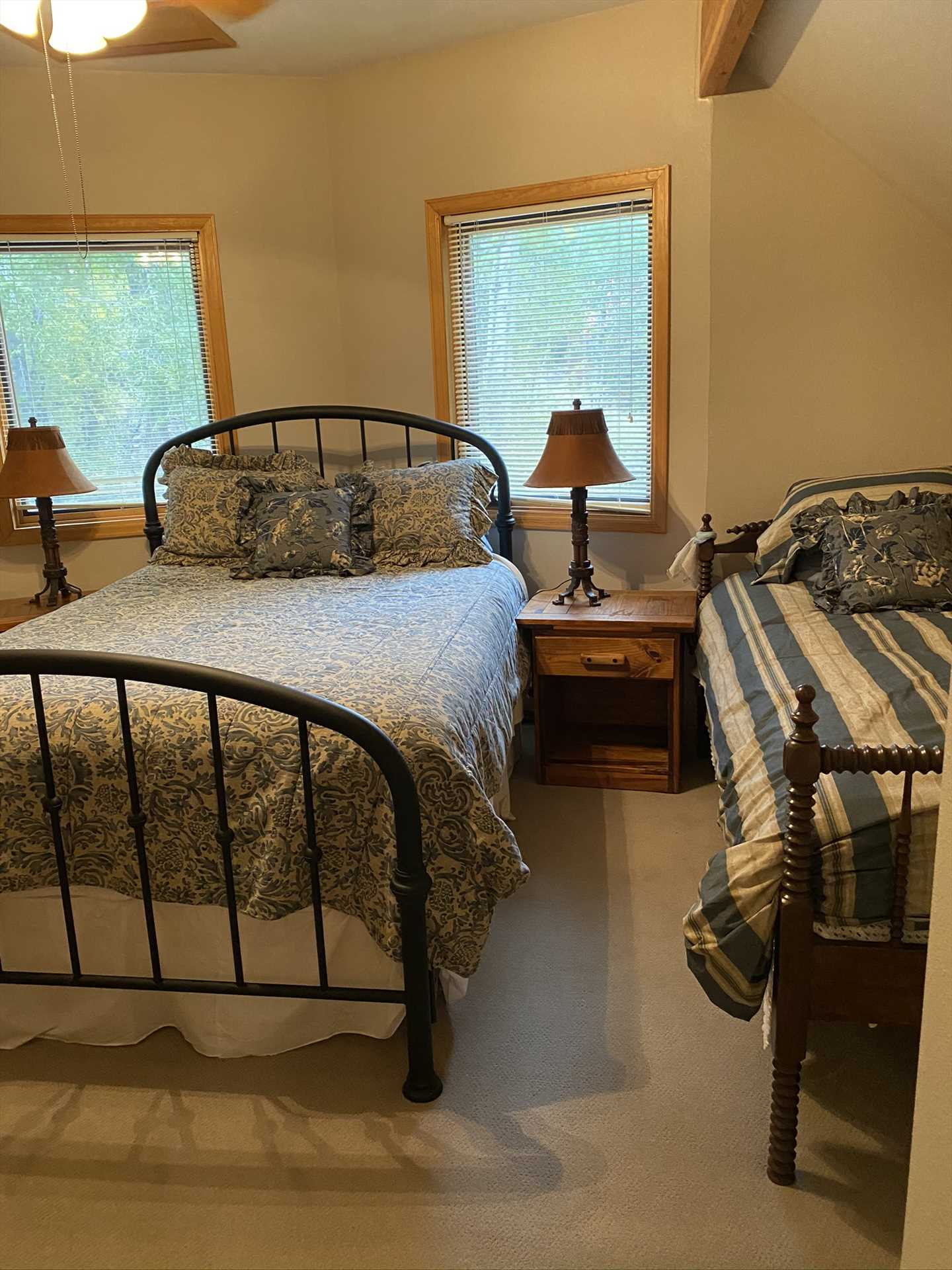 Upstairs 2nd Bedroom - Queen and Twin